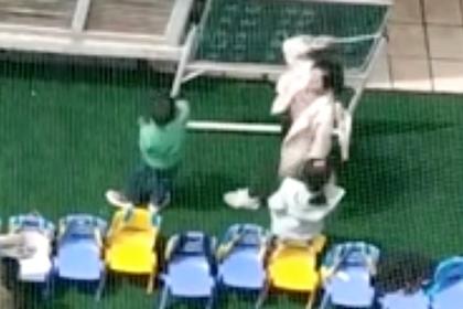 В Китае воспитательница побила детей указкой и лишилась работы