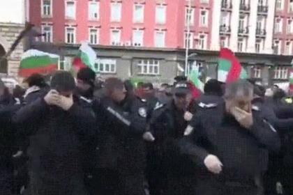 Пытавшиеся утихомирить протестующих полицейские применили против себя газ