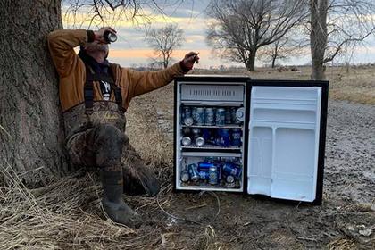 Американцы нашли посреди поля набитый пивом холодильник и поблагодарили небеса