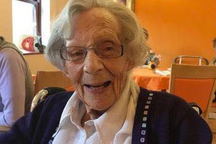 Пожелавшую ареста 104-летнюю пенсионерку заковали в наручники