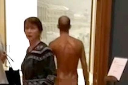 Перфоманс мужчины в стрингах в Третьяковке попал на видео