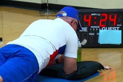 71-летний мужчина больше получаса простоял в планке и поставил мировой рекорд
