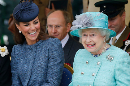 Королева Елизавета научила Кейт Миддлтон игнорировать людей