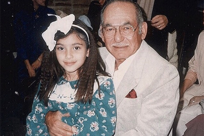 Опубликовано детское фото Ким Кардашьян с дедом