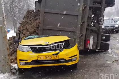 Самосвал с песком раздавил такси с пассажиром в Москве