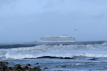 Рядом с терпящим бедствие паромом потерпел бедствие второй корабль