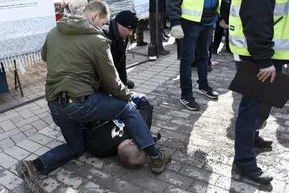 «Солдат Одина» с бутылкой напал на главу финского МИД