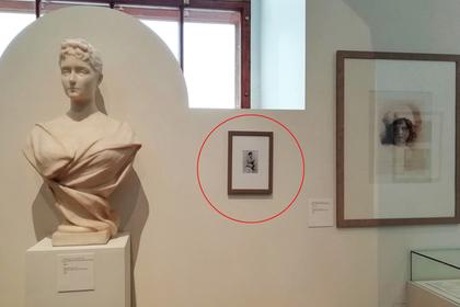 Посетители Исторического музея незаметно повесили на стену фейковый экспонат