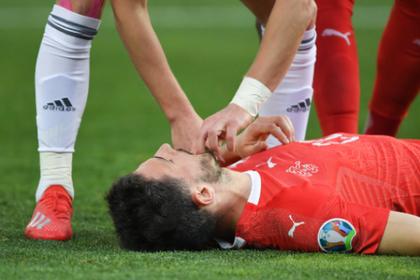 Футболист оказал первую помощь противнику на поле