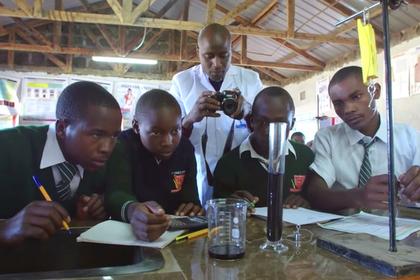 Учителя из глухой африканской деревни признали лучшим в мире