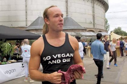 YouTube-блогер погрыз голову свиньи на глазах у толпы веганов
