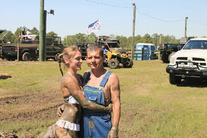 Жених на свадьбе бросил невесту в грязь и прыгнул следом