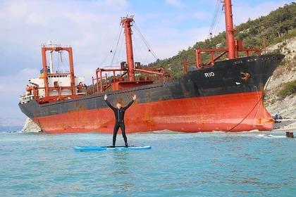 Севший на мель в Краснодарском крае корабль стал объектом для фотосессий