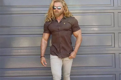 Модный бренд высмеяли за чересчур обтягивающую рубашку модели