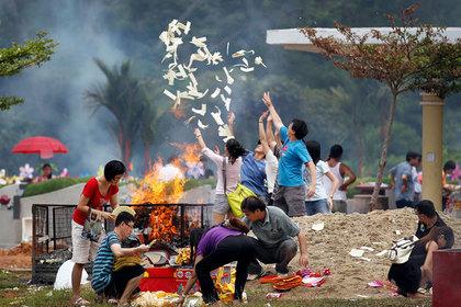 Китайцы ежегодно сжигают миллионы долларов. Власти не могут их остановить