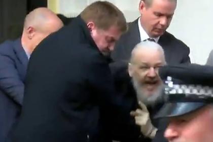 Появилось видео задержания Ассанжа