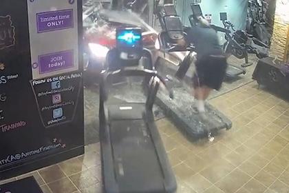 Автомобиль въехал в спортзал и сбил человека с беговой дорожки