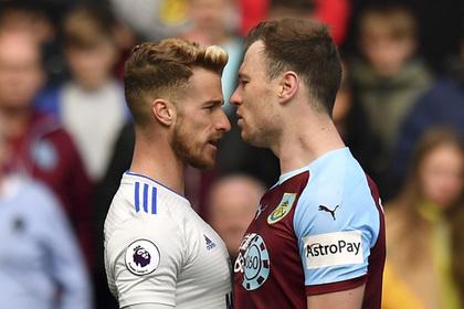 Английский футболист получил желтую карточку за поцелуй соперника