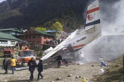 Непальский самолет столкнулся с двумя вертолетами