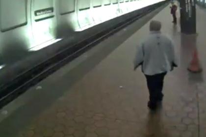 Спасение упавшего под поезд слепого попало на видео