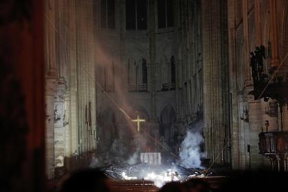Пожар внутри собора Парижской Богоматери сняли на видео