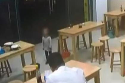 Отец оставил двухлетнюю дочь в залог за миску с лапшой