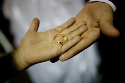 Парень вручил своей девушке помолвочное кольцо своей бывшей и прослыл скупердяем