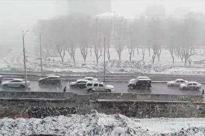 Накрывшая Екатеринбург за полминуты снежная буря попала на видео