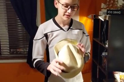 Парень съел кусок шляпы из-за проигрыша в споре