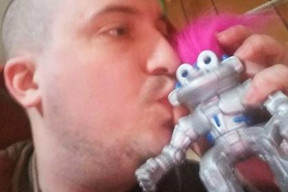 Мужчина задумался о свадьбе с роботом-троллем
