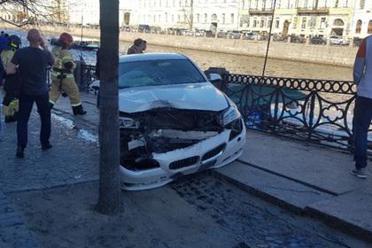 Автомобиль наехал на пешеходов в центре Санкт-Петербурга