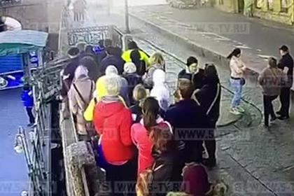 Пострадавший в результате ДТП в Петербурге улетел в реку и попал на видео