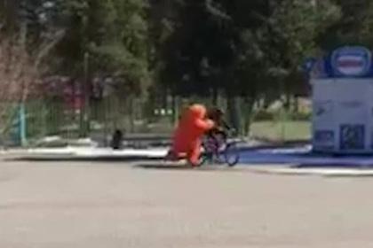 Россиянин в костюме огромного рыжего кота поймал вора на краденном велосипеде