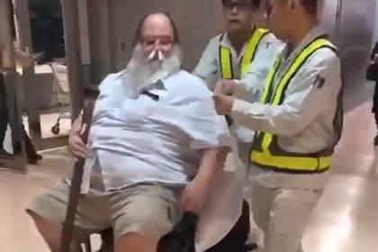 Унижавший стюардесс 200-килограммовый пассажир умер от неизвестной болезни