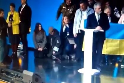 Вице-спикер Рады с разбега упала на колени во время дебатов и попала на видео