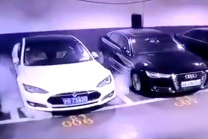 Внезапно вспыхнувшая на парковке Tesla попала на видео