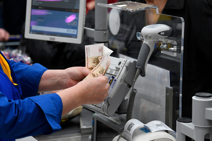 Российские магазины начали переходить на оплату наличными