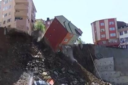 Обрушение жилого дома в Стамбуле попало на видео