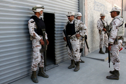Мексиканские солдаты задержали американских и отобрали у них оружие