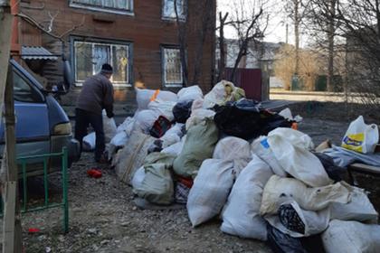 Из квартиры россиянки вывезли сотню мешков с мусором