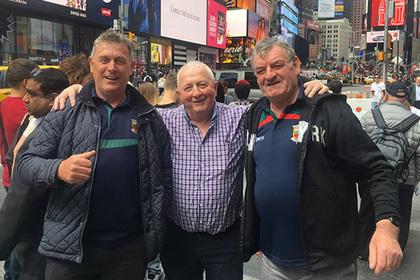Трое ирландцев попросили незнакомку сделать фото на Таймс-сквер и прославились