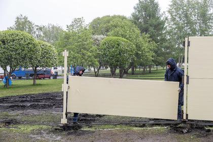 Забор на месте строительства храма в Екатеринбурге начали убирать
