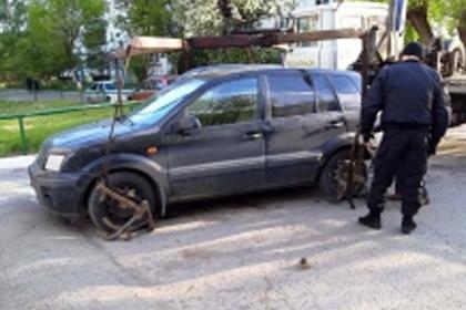 Россиянин отказался отдавать машину приставам и попытался поджечь ее зажигалкой