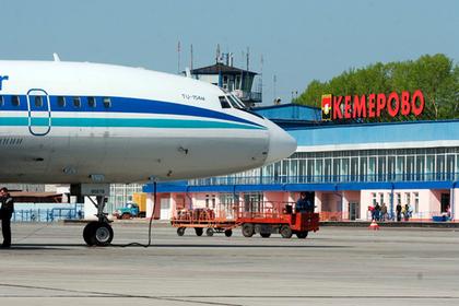 Куривших возле самолета россиян отказались пускать на борт