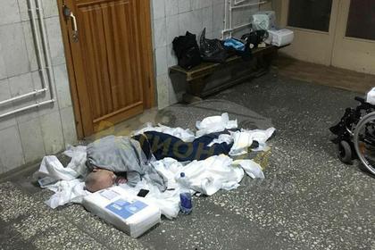 Российские медики оставили инвалида ночевать в куче подгузников