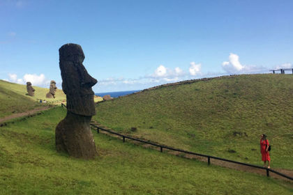 Любителей селфи обвинили в «неуважительных» позах со статуями на острове Пасхи