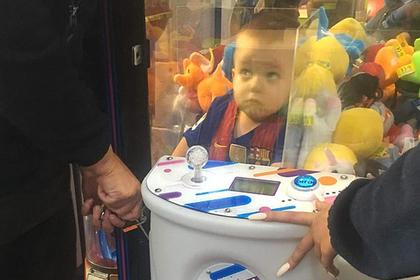 Трехлетний мальчик полез в автомат с игрушками за мишкой и застрял