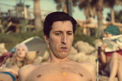 Pornhub поможет мужчинам скрыть возбуждение на пляже