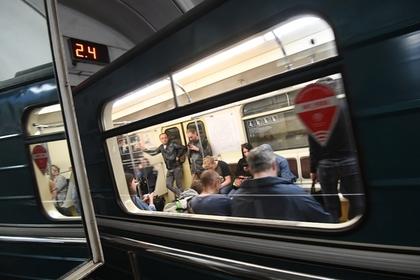 Два поезда с людьми застряли в московском метро