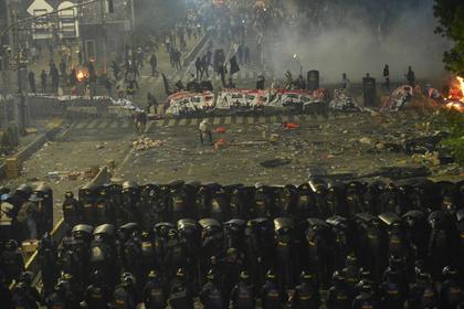 Появилось видео продолжающихся протестов в Индонезии